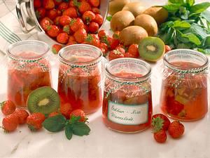 Erdbeer-Kiwi-Konfitüre mit Orangenlikör und Minze Rezept