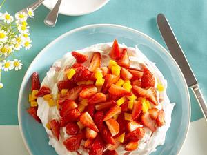 Erdbeer-Mango-Pavlova mit Vanille-Sahne Rezept