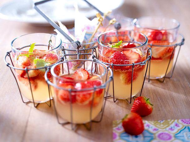 Erdbeer-Rhabarber-Bowle Rezept