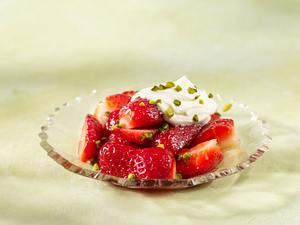 Erdbeeren mit Pistazien, Vanillin-Zucker und Creme fraîche Rezept