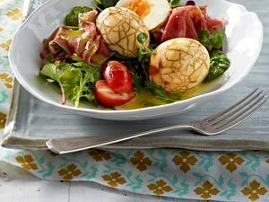 Marmorierte Eier auf Wildkräuter-Salat (ohne Blüten) Rezept