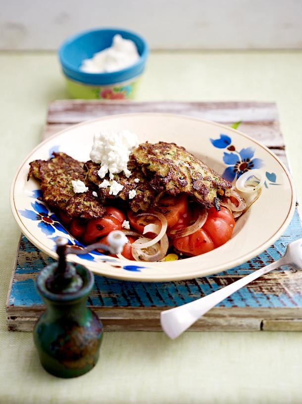 Zucchini-Hackpuffer mit Tomatensalat Rezept
