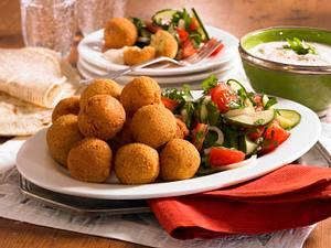 Falafel mit Sesampaste und Salat Rezept
