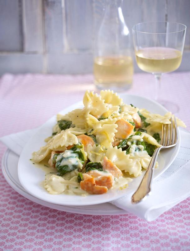 Farfalle mit gebratenem Lachs und Zitronen-Rahmspinat Rezept