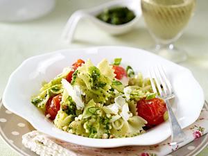 Farfalle mit geschmolzenen Tomaten und Bärlauch-Nuss-Pesto Rezept