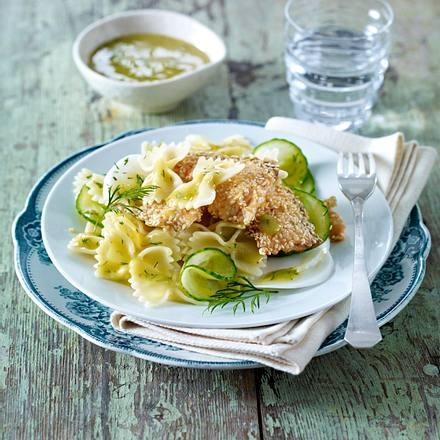 Farfalle-Salat mit Sesamlachs, Mairübchen, Gurke und Honig-Senf-Vinaigrette Rezept