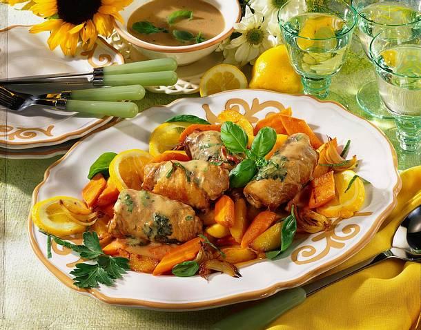 Feine Schnitzelröllchen auf Möhrengemüse Rezept