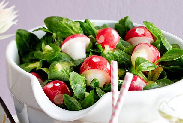 Feldsalat mit Kartoffeldressing und Radieschen-Fliegenpilzen Rezept