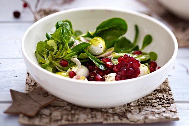 Feldsalat mit Mozzarella, Granatapfel und Basilikum-Vinaigrette Rezept