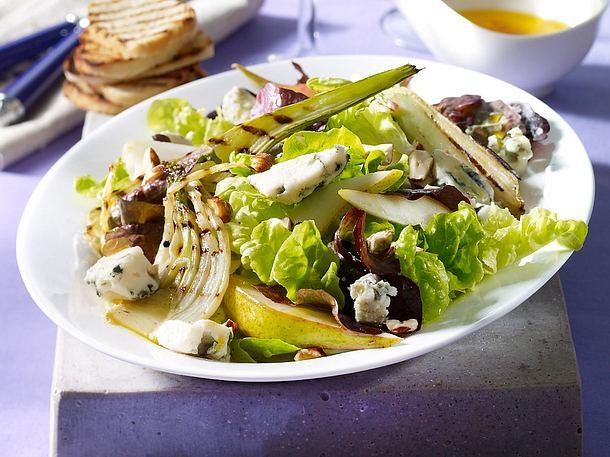 Fenchel-Birnen-Salat mit Roquefortkäse und gegrillten Brotscheiben Rezept