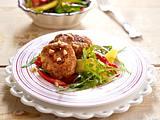 Feurige Erdnuss-Frikadellen mit Mango-Salat Rezept