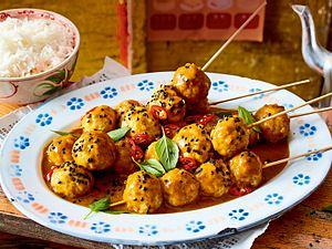 Fischbällchenspieße mit Curry-Kokos-Soße Rezept