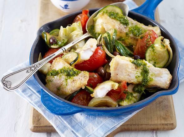 Fischpfanne mit Artischockenherzen, Oliven, Tomaten, Zucchini und Pesto Rezept