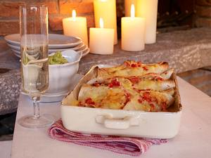 Fladen mit Tomaten, Gemüsezwiebel, Käse und Guacamole Rezept
