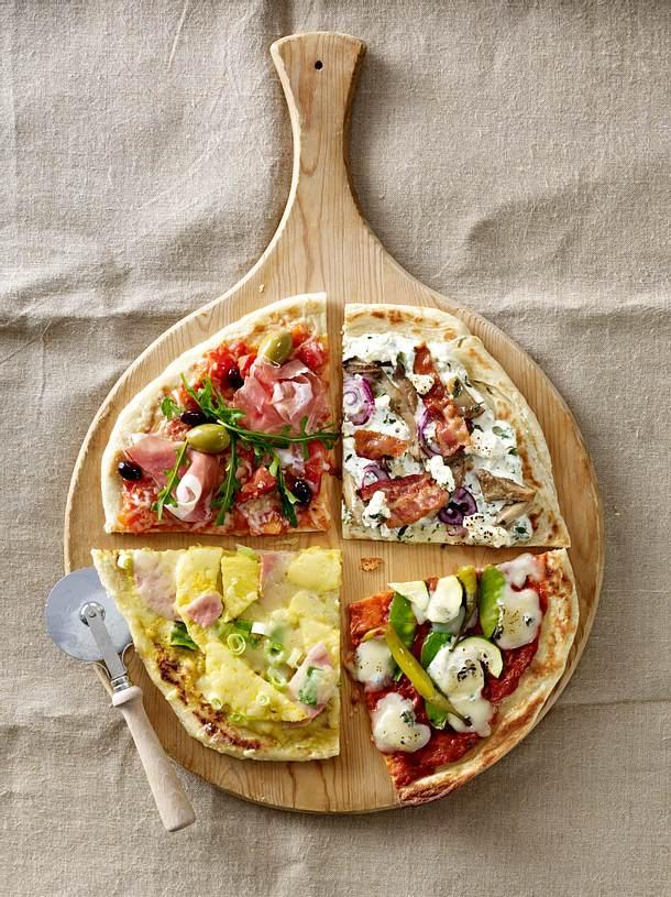 Fladenbrot-Pizza vier mal anders: mit Tomatensugo, Rauke, Oliven, Parmaschinken und Grana Padano Rezept