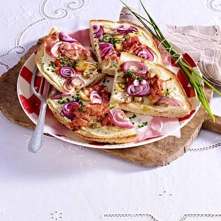 Fladenbrotpizza mit Speck, Champignons und roten Zwiebeln Rezept
