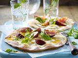Flammkuchen mit mediterranen Kräutern, Ziegenfrischkäsecreme und Feigen Rezept