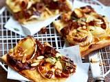 Flammkuchen mit Ziegenkäse und Datteln Rezept