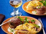 Französisches Kartoffelküchlein mit Zwiebeln, Feldsalat und Schweinemedaillons Rezept