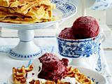 Friesische Waffeln mit Vanille-Schmand-Soße und Blitz-Rote-Grütze-Eis Rezept