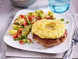 """Frikadelle """"Hawaii"""" mit Ananas und Cheddar-Käse, dazu Kartoffelsalat mit Paprika, Lauchzwiebel Rezept"""