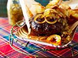 Frikadelle vom Rind mit Gurkenrelish, Zwiebelringen und Parmesan-Kartoffeln Rezept