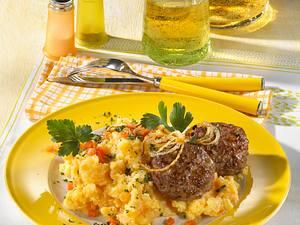 Frikadellen auf Kartoffel-Möhren-Mus Rezept