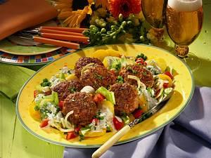 Frikadellen auf sommerlichen Salat Rezept