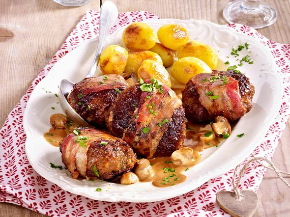 Frikadellen im Speckmantel mit Pilzrahm und Röstkartoffeln Rezept