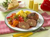 Frikadellen mit Käsefüllung, Paprikagemüse und Kartoffeln Rezept