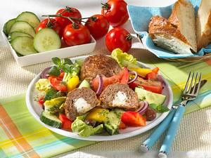 Frikadellen mit Schafskäse auf Salat Rezept
