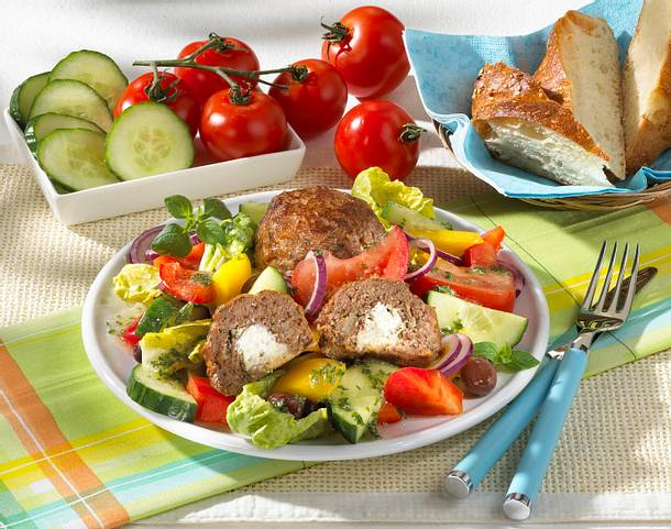 frikadellen mit schafsk se auf salat rezept lecker. Black Bedroom Furniture Sets. Home Design Ideas