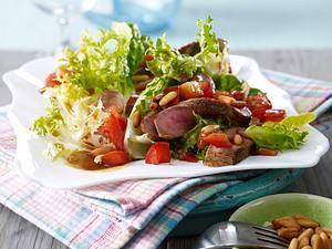 Frisée-Römersalat mit Beefsteak, Tomaten, Pinienkernen und Balsamico-Dressing Rezept