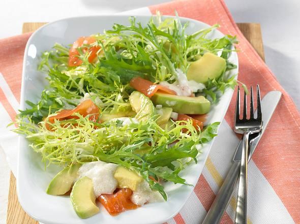 Frisée-Salat mit Avocado & Lachs  Rezept