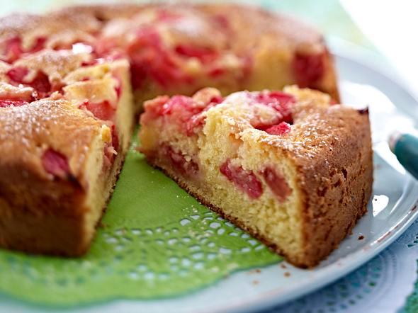 Fruchtiger Joghurtkuchen mit Rhabarber und Erdbeeren Rezept