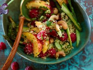 Fruchtiger Spargelsalat mit Himbeeren, Nektarinen und Quinoa Rezept