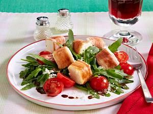 Frühstücksspeck-Schafskäse-Röllchen auf Rauke Rezept
