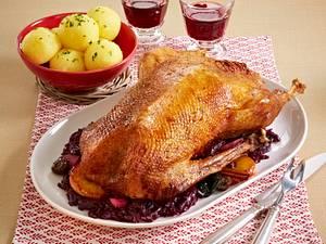 Gans à la Ahlschwedt gefüllt mit Maronen, Pflaumen, Äpfeln mit Kartoffelknödeln Rezept