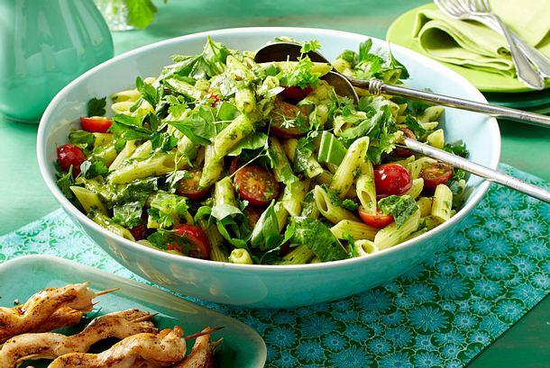 Gartenkräuter-Nudelsalat mit Hähnchenspießen Rezept