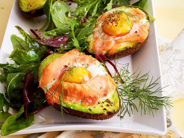 Gebackene Avocados auf Salatbett Rezept