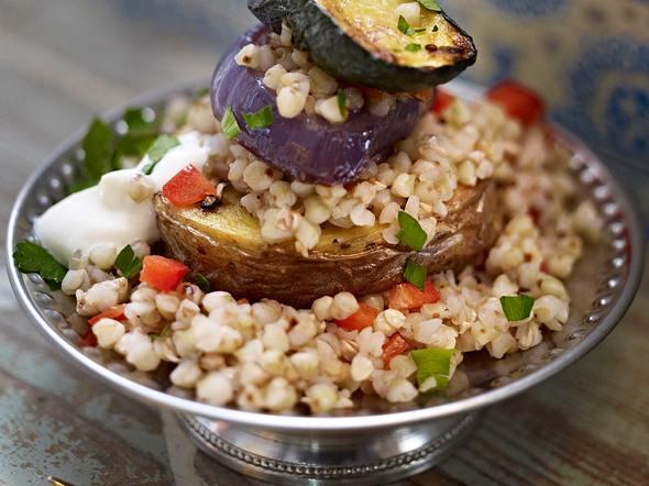 Gebackene Gemüsescheiben mit Buchweizen, Paprika und Joghurt Rezept