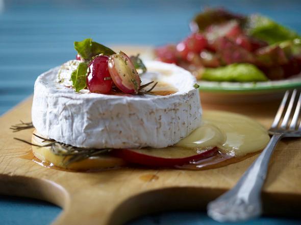 Gebackener Camembert zu Trauben-Rosmarin-Salat Rezept