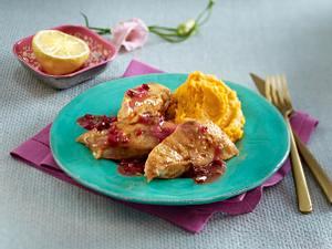 Gebackenes Hähnchenfilet mit Süßkartoffel-Püree und Preiselbeeren Rezept