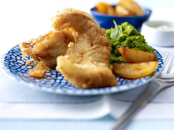 Gebackenes Seelachsfilet mit Erbsenpüree, Remoulade und Wedges (Kartoffelecken) Rezept
