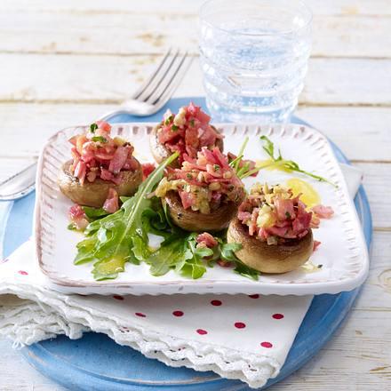 Gebratene gefüllte Champignons auf Blattsalat (mehr Schinken, weniger Petersilie) Rezept