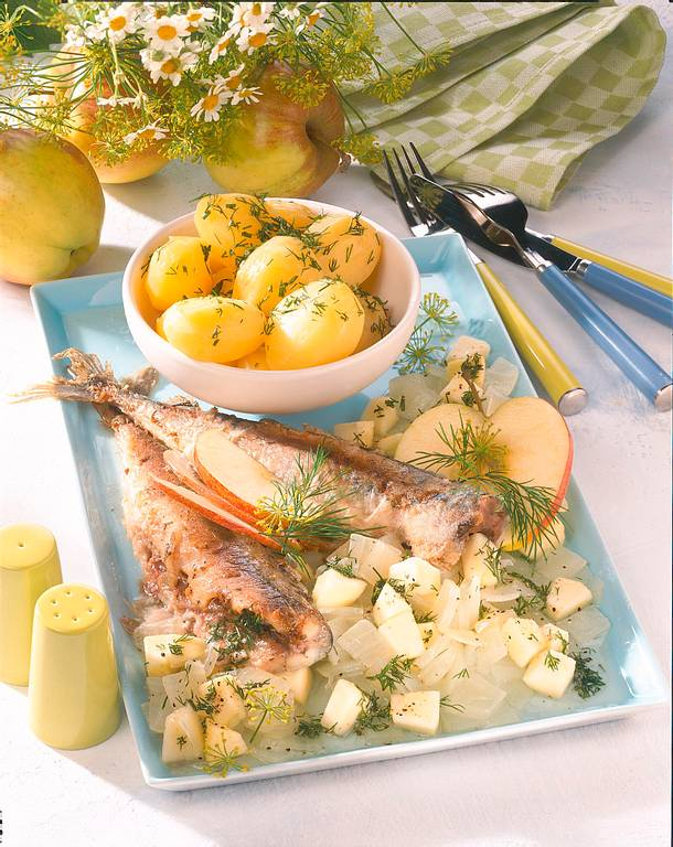 Gebratene Makrele mit Dillkartoffeln und Apfel-Zwiebel-Gemüse Rezept