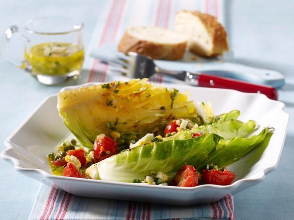Gebratene Spitzkohlspalten mit Eier-Kräuter-Vinaigrette und Tomatenconcassée Rezept
