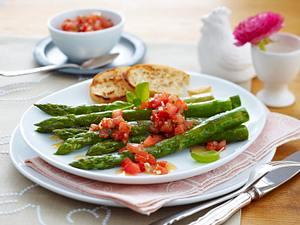 Gebratener grüner Spargel in Balsamicosud mit Salsa-Dip und geröstetem Baguette Rezept