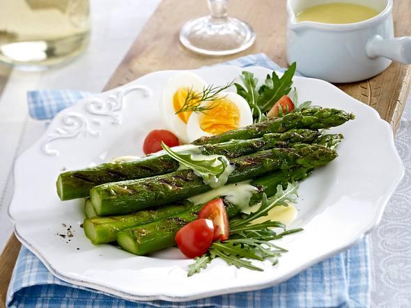Gebratener grüner Spargel mit Eihälften und Hollandaise Rezept