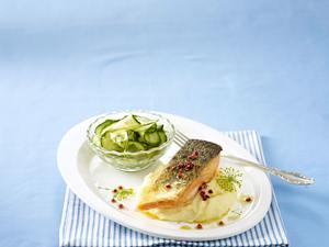 Gebratener Lachs zu Wasabai-Gurkensalat und Kartoffelpüree Rezept